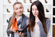 Shoppa assistenterbjudandepumpar för kunden arkivbilder