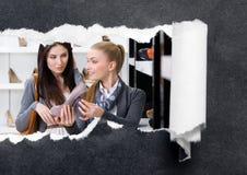 Shoppa assistenterbjudandepumpar för kunden arkivfoto