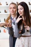 Shoppa assistenterbjudandeskodon för kunden arkivbild
