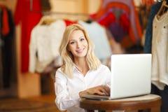 Shoppa assistentkvinnan Royaltyfri Bild