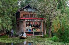 Shoppa av Dal Lake i Srinagar, Kashmir, Indien Arkivbild
