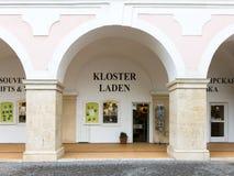 Shoppa av den Heiligenkreuz abbotskloster, Wien trän, Österrike Arkivfoton