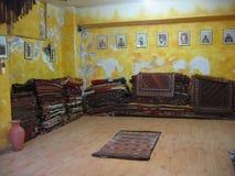 Shoppa av gamla mattor till Istanbul i Turkiet Royaltyfria Foton