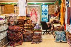 Shoppa av lokal tygförsäljning i en shoppa Muttrah Souk, i Mutrah, Muscat, Oman, Mellanösten Fotografering för Bildbyråer