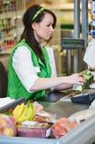 Shoppa. Cashdesk arbetare i supermarket Arkivbild