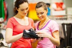 Shoppa den hjälpande kunden för assistenten Royaltyfri Fotografi
