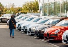 Shoppa den nya bilkvinnan som i rad väljer bilen royaltyfri fotografi
