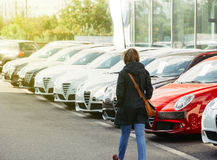 Shoppa den nya bilkvinnan som i rad väljer bilen royaltyfri bild