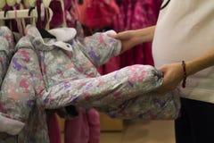 Shoppa den unga kvinnan, manuell visningställning som sover kuvertet som är nyfött i shoppa Royaltyfria Foton