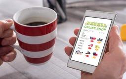 Shoppa direktanslutet begreppet på en smartphone Arkivfoto