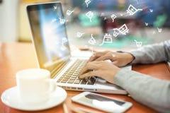 Shoppa direktanslutet från taplet och PC Digitalt begrepp av att köpa på arkivbild