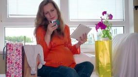 Shoppa direktanslutet i havandeskaptidbegrepp gravid tabletkvinna för dator arkivfilmer