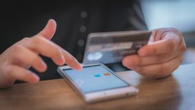 Shoppa direktanslutet med debiteringkortet arkivfoton