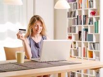 Shoppa direktanslutet med en kreditkort Arkivfoto