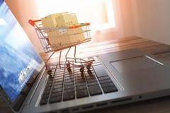 Shoppa direktanslutet och e-kommers Bärbar dator och shoppingvagn med bo vektor illustrationer