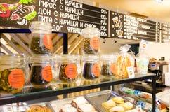 Shoppa fönsterkafét med bakelser och bladte med prislappar i ryss Royaltyfria Foton