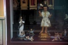 Shoppa fönstret av shoppar av religiöst gods 73 royaltyfri bild