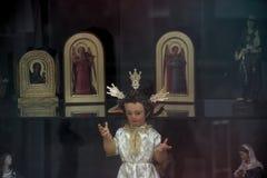 Shoppa fönstret av shoppar av religiöst gods 74 arkivfoton