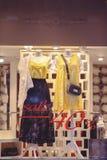 Shoppa fönstret med kläder, sikten från gatan till och med exponeringsglaset, försäljningsrabatt 40 procent Arkivbild