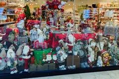 Shoppa fönstret med objekt för det nya året, dekoren, leksaker - Santa Claus, björnar, nallen, hjort fotografering för bildbyråer