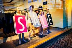 Shoppa fönstret med roliga skyltdockor meddelar försäljning i Köpenhamnen, Danmark Arkivbilder