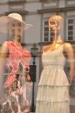 Shoppa fönstret med skyltdockor som avspeglar Fotografering för Bildbyråer