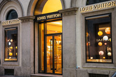 Shoppa fönstret, och ingången av en Louis Vuitton shoppar i Milan Arkivfoton