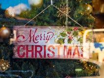 Shoppa fönstret som dekoreras för jul Arkivfoton