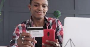 Shoppa för affärsman som är online- med mobiltelefonen och kreditkorten stock video