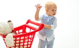 shoppa för barn Nya ankomster lycklig barndom och omsorg pysen går att shoppa med den fulla vagnen besparingar på arkivbilder