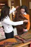 shoppa för flickor royaltyfri bild
