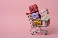 shoppa för gåvor för vagn fullt Royaltyfri Bild