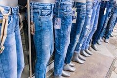 Shoppa för jeans, den modeller uppställda yttersidan shoppa Royaltyfria Bilder