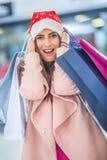 shoppa för jul Attraktiv lycklig flicka med kreditkorten och s Arkivbild