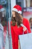 shoppa för jul Attraktiv lycklig flicka med kreditkorten och s Arkivfoto