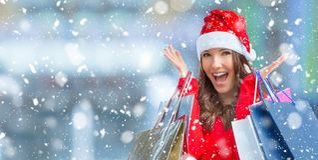shoppa för jul Attraktiv lycklig flicka med kreditkorten och s Fotografering för Bildbyråer