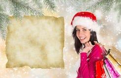 shoppa för jul Den lyckliga ung flicka med shopping hänger lös Arkivfoton
