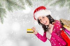 shoppa för jul Den lyckliga ung flicka med shopping hänger lös Fotografering för Bildbyråer