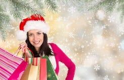 shoppa för jul Den lyckliga ung flicka med shopping hänger lös Arkivfoto