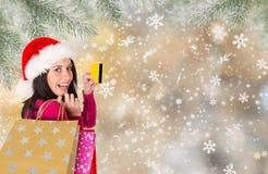 shoppa för jul Den lyckliga ung flicka med shopping hänger lös Arkivbilder
