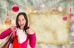 shoppa för jul Den lyckliga ung flicka med shopping hänger lös Royaltyfri Foto