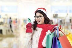 shoppa för jul På bokstäver som hänger julklockor Arkivfoto