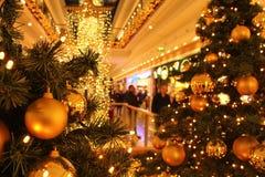 Shoppa för jul på shoppinggallerian arkivbild