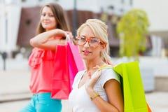 Shoppa för kvinnaförälskelse Arkivbilder