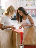 Shoppa för sakerköp för kvinnor nytt begrepp Arkivbilder