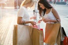 Shoppa för sakerköp för kvinnor nytt begrepp Royaltyfri Foto
