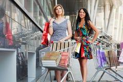 Shoppa för två ungt kvinnor Royaltyfri Fotografi