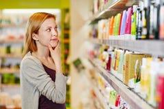 Shoppa för ung kvinna som är selektivt och som är hållbart royaltyfri fotografi