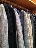 Shoppa för vintern - till salu varma tröjor Royaltyfri Bild