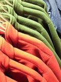 Shoppa för vintern - varm mångfärgad ullbeklädnad Arkivbild